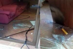 Λάρισα: Πέταξαν πέτρες και καπνογόνα στα γραφεία του Σώρρα (photos)