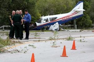 Καρέ καρέ η συντριβή αεροσκάφους σε λεωφόρο της Φλόριντα