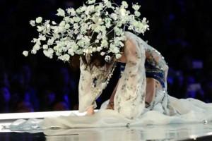 Βίντεο: Η «επική» τούμπα του «αγγέλου» της Victoria's Secret την ώρα της πασαρέλας