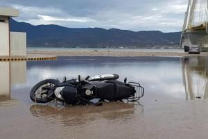 Συγκλονιστικές εικόνες: Η κακοκαιρία σάρωσε και την Πάτρα - Τα 10 μποφόρ έβγαλαν τη θάλασσα στο δρόμο (video)
