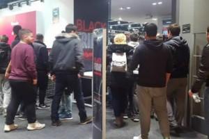 Πανικός και στο Mall για την Black Friday - Ουρές από κόσμο στα καταστήματα (video)