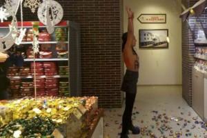 """Γυμνόστηθη Femen """"γκρέμισε"""" ολόκληρο ζαχαροπλαστείο λόγω Black Friday! (βίντεο)"""