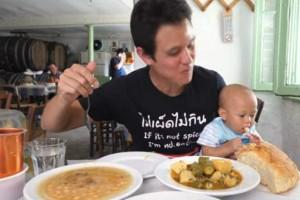 Αμερικανός food blogger ξετρελάθηκε με το φαγητό σε αυτά τα τρία μαγαζιά της Αθήνας - Το βίντεο που ξετρέλανε το διαδίκτυο!