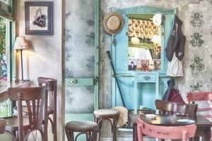 Tο μικροσκοπικό cafe-bistrot στο Κουκάκι σε ταξιδεύει πίσω σε μια άλλη, πιο ρομαντική, εποχή!