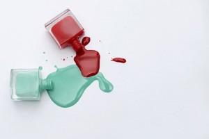 Ένας εύκολος και πρακτικός τρόπος να καθαρίσεις τον λεκέ από το βερνίκι νυχιών!