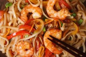 Φτιάξε σε 15′ noodles με γαρίδες και σάλτσα κάρυ!