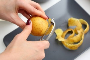 Κι όμως τόσα χρόνια καθαρίζαμε τις πατάτες με λάθος τρόπο! (Video)