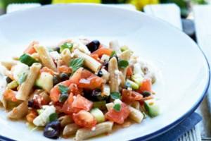 Πέννες ολικής άλεσης με σάλτσα χωριάτικης σαλάτας. Ότι πρέπει για βραδινό!