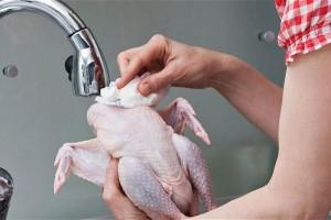 Αυτός είναι ο λόγος που δεν πρέπει να πλένουμε το κοτόπουλο! (Video)