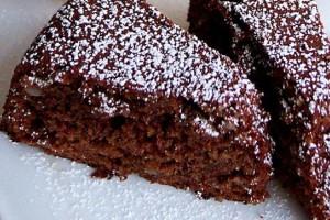 Αυτή είναι η πιο νόστιμη και αφράτη σοκολατένια σιροπιαστή αμυγδαλόπιτα που έχετε δοκιμάσει!