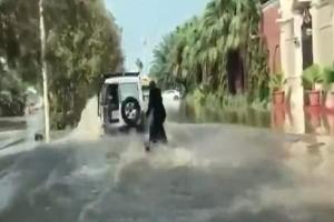 Απίστευτο βίντεο: Σέρφερ με μπούρκα κάνει θαλάσσιο σκι σε πλημμυρισμένους δρόμους!
