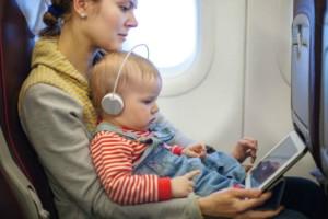 Ταξίδι με αεροπλάνο και παιδιά: Πώς θα τα κρατήσετε απασχολημένα;