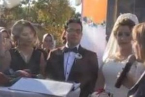Ενας διαφορετικός γάμος: Ζευγάρι αποφάσισε να παντρευτεί μπροστά από το... τραμ!
