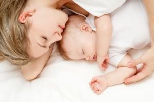 Γονείς δώστε βάση: Μπορεί το άγχος σας να επηρεάζει αρνητικά τον ύπνο του μωρού;