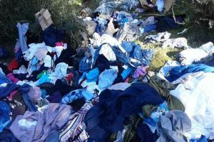 Τραγικό: Πετούν τα ρούχα που φθάνουν για βοήθεια στη Μάνδρα από απλούς ανθρώπους!