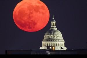Η φωτογραφία της ημέρας: Το αμερικανικό Καπιτώλιο με φόντο την υπερσελήνη του Δεκεμβριανού ουρανού!