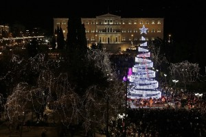 Η Αθήνα «φόρεσε» τα γιορτινά της! - Δείτε τη φωταγώγηση του δέντρου στο Σύνταγμα! (Video)