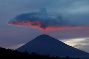 Η φωτογραφία της ημέρας: Καπνός υψώνεται πάνω από το ηφαίστειο του όρους Αγκούνγκ, ενώ ο ήλιος δύει!