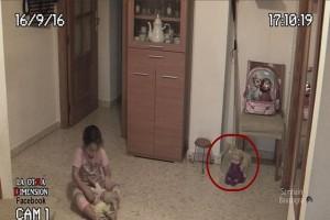 Οι γονείς κατέγραφαν την κόρη τους να παίζει όταν ξαφνικά! Προσέξτε την κούκλα στα δεξιά και θα σας σηκωθεί η τρίχα!