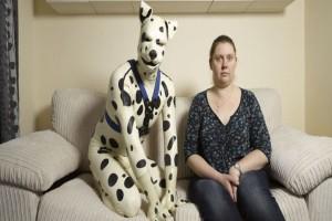 Πόσο φίλος; 33χρονος ζει ως πραγματικός κατοικίδιος σκύλος με την πρώην του! (video)