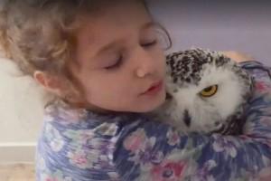 Μια φιλία που έχει γίνει viral! - Το κοριτσάκι και η κουκουβάγια που έχουν γίνει αχώριστες! (Video)