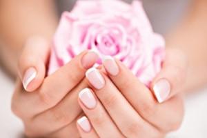 Κορίτσια δώστε βάση: 3 μυστικά ομορφιάς για δυνατά νύχια!