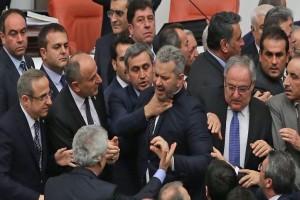 Σε «ρινγκ» μετατράπηκε η τουρκική Βουλή! - «Ξύλο» μεταξύ βουλευτών για τον προϋπολογισμό (Photo & Video)