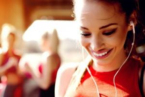 Οι ειδικοί προειδοποιούν: Δεν πρέπει ποτέ να μοιράζεστε τα ακουστικά σας!