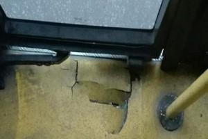 Απίστευτο κι άκρως επικίνδυνο: Τρύπα σε πάτωμα λεωφορείου στη Θεσσαλονίκη! (Photo)