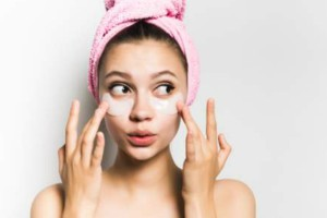 Διώξτε τις ρυτίδες γύρω από τα μάτια με υλικά που έχετε όλες μέσα στο σπίτι!