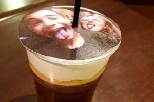 Σελφιτσίνο: Ήρθε η νέα τάση στον καφέ που κάνει θραύση! - Βγάζεις σέλφι και την βάζουν πάνω στο αφρόγαλα!