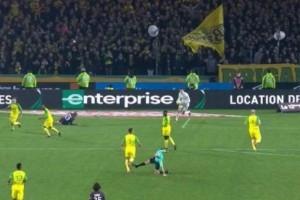 Έπος: Διαιτητής έκανε τάκλιν σε παίκτη και μετά τον απέβαλλε! (video)