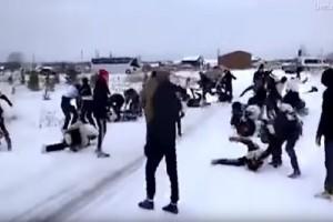 «Άγριο» ξύλο στα χιόνια έπαιξαν Ρώσοι χούλγκαν! (Video)