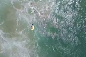 Για πρώτη φορά στα χρονικά: Μη επανδρωμένο αεροσκάφος έσωσε δύο κολυμβητές (video)