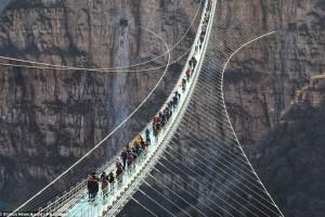 Η πιο μακριά γυάλινη γέφυρα του κόσμου άνοιξε στην Κίνα!