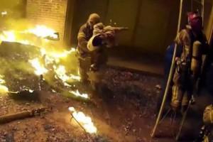 Συγκλονιστικό βίντεο: Πατέρας πέταξε το παιδί του από το μπαλκόνι για να το... σώσει!