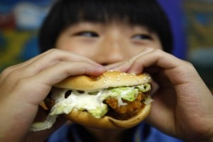Στοιχεία που προκαλούν ανησυχία: Πώς ο «βομβαρδισμός» διαφημίσεων οδηγεί τους εφήβους στο junk food