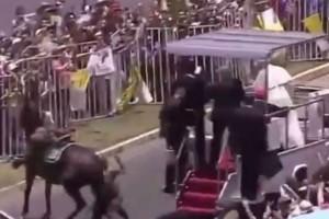 Ο Πάπας σταμάτησε το popemobile για να βοηθήσει έφιππη αστυνομικό που έπεσε από το άλογο!