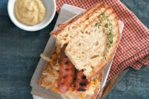 Σάντουιτς με χωριάτικο λουκάνικο και ζεστή λαχανοσαλάτα!