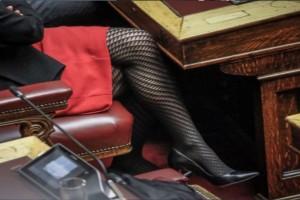 """Προκάλεσε """"σεισμό"""" με αυτή την εμφάνιση! Η βουλευτής με την κόκκινη φούστα και το διχτυωτό καλσόν. Δείτε για ποια πρόκειται..."""