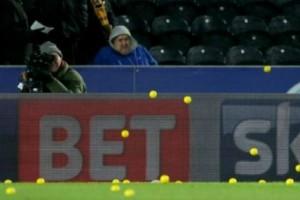 Απίστευτο: Έβρεξε... μπαλάκια του τένις μέσα σε γήπεδο ποδοσφαίρου! (video)