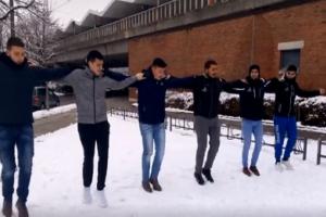 Λεβέντες: Κρητικοί χόρεψαν πεντοζάλι πάνω στο χιόνι στη Γερμανία (video)