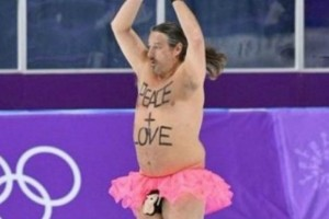 """Ο διάσημος streaker Μαρκ Ρόμπερτς έκανε """"ντου"""" στην Κορέα με... ροζ φουστίτσα!"""