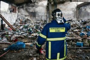 Φωτιά σε εργοστάσιο στη Μάνδρα - Νεκρός ένας άντρας (βίντεο)