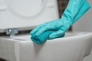 Θα σας λύσει τα χέρια: Καθαρίστε εύκολα το μπάνιο σας με μόλις 2 υλικά! (video)