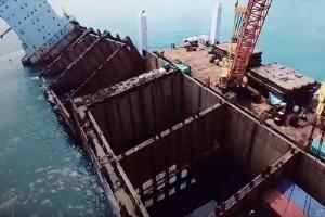 Απίστευτο:  Έκοψαν πλοίο στη μέση για να περιορίσουν την μόλυνση! (Video)