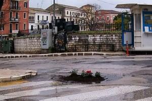 Κάτοικοι φύτεψαν λουλούδια για να «κλείσουν» τις λακούβες στους δρόμους στην Κέρκυρα!