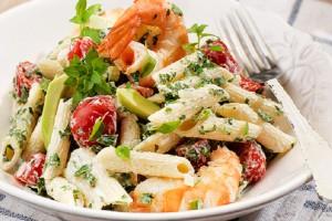Για σένα που προσέχεις τη γραμμή σου: Φτιάξε αυτή την υπέροχη σαλάτα με πένες, γαρίδες, ντοματίνια, αβοκάντο και γιαούρτι