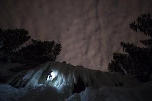 Η φωτογραφία της ημέρας: Άνδρας σκαρφαλώνει σε παγωμένο καταρράκτη στην Ελβετία!