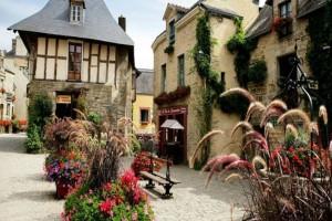 Το πιο «ανθισμένο» χωριό της Γαλλίας! Άκρως μεσαιωνικό και ατμοσφαιρικό!